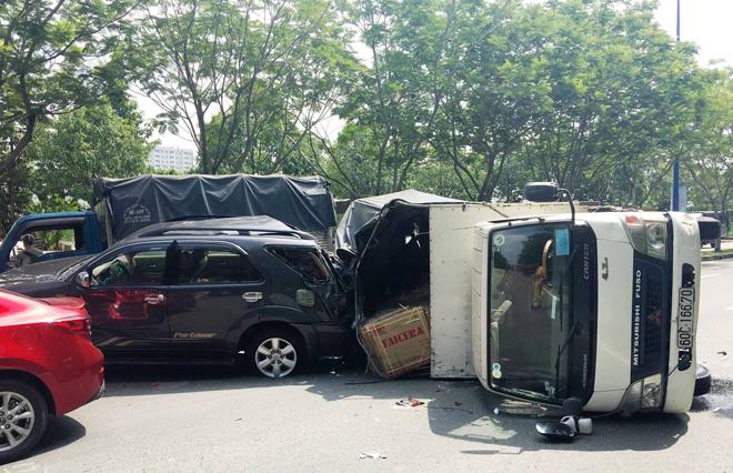 ô tô va chạm liên hoàn trên đại lộ
