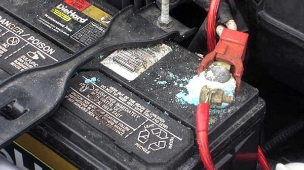 bình điện xe nâng cũ bị hư hỏng