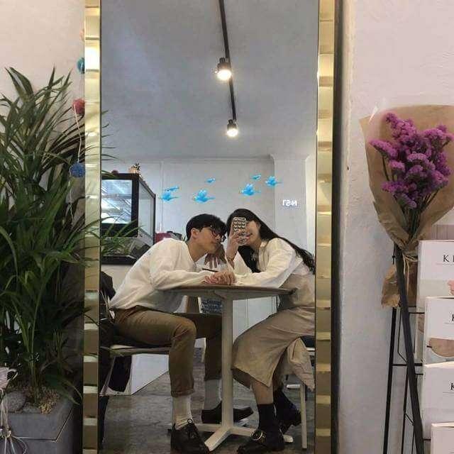 chụp ảnh trước gương dành cho cặp đôi