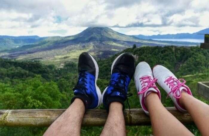 chụp ảnh chân trong chân couple