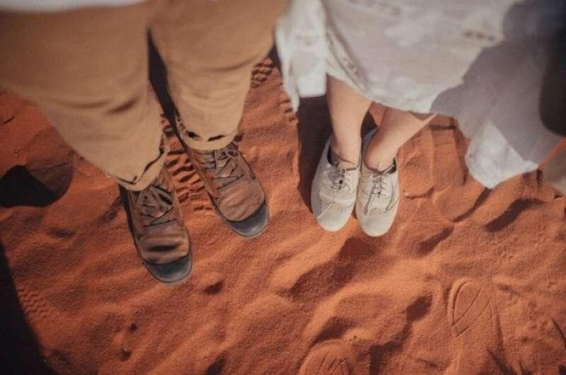 chụp ảnh chân với chân couple