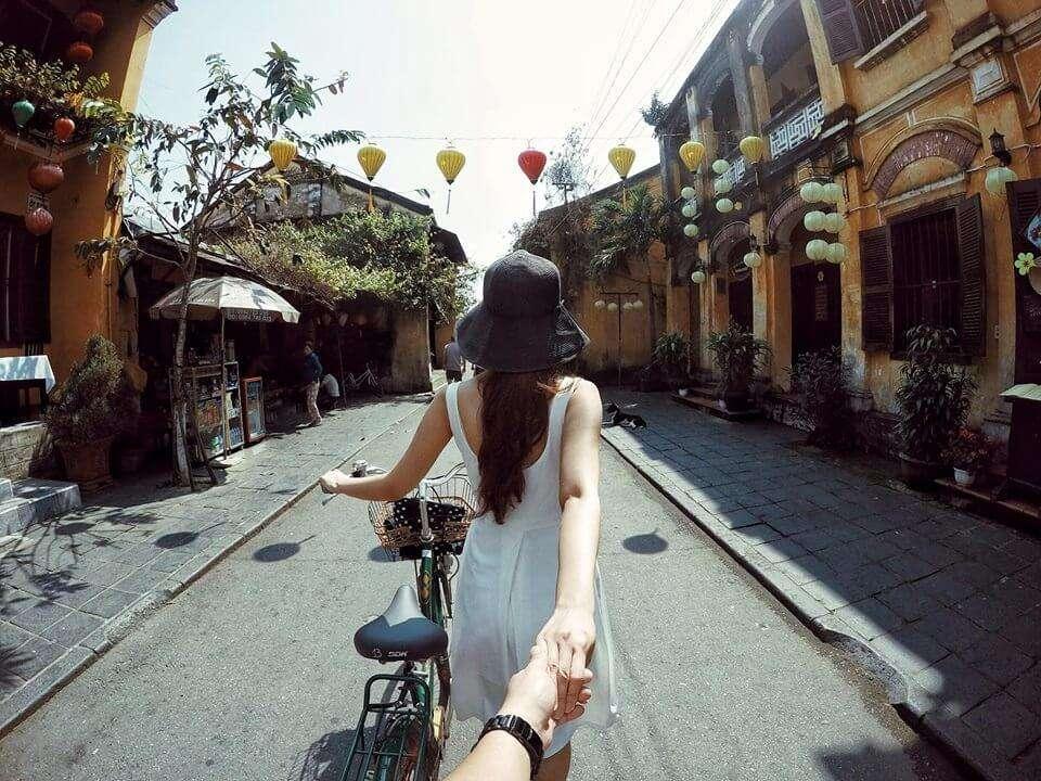 nắm tay nhau đi khắp thế gian couple